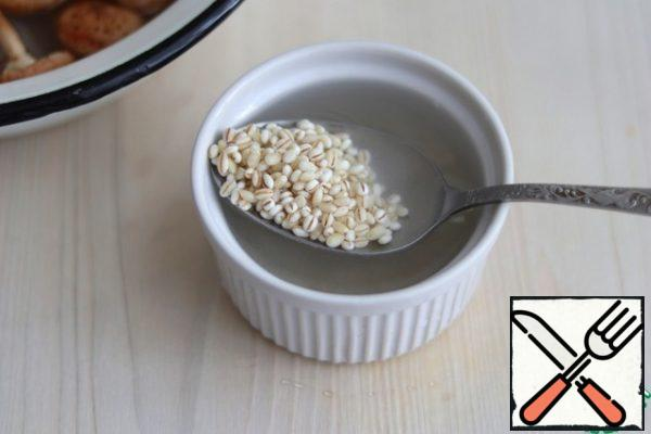 Soak 3 tablespoons of pearl barley in water for 20-30 minutes.