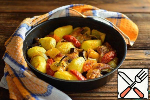Close the form tightly with foil and bake at 200 degrees for 30 minutes. Then remove the foil and bake until the crust is formed and the potatoes are ready (check with a skewer) for another 15-20 minutes with convection is desirable.