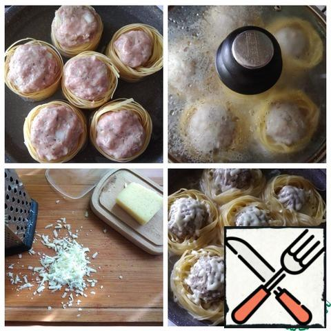 Put the minced meat in a bowl, finely chopped garlic and onion, sent to the minced meat. Season with salt and pepper and add thyme and Basil. Hands carefully knead the minced meat. You will need suitable dishes in which we will make nests. I use a deep frying pan with a d-26 cm lid. I greased the pan with olive oil. Laid out nests. Visually divided the minced meat into 6 parts and forming balls, immediately put them in the nest. In the water, I diluted salt to taste and filled the nests to 2/3 of their height. I have 600 ml left. When the water boils, turn down the heat and cover with a lid, cook until tender. This is about 20-30 minutes, given that the top of the dish is prepared exclusively for a couple under the lid. Grate cheese on a grater. Remove the lid from the pan and sprinkle cheese on each nest carefully. Again, cover with a lid and let the cheese melt. It's fast.