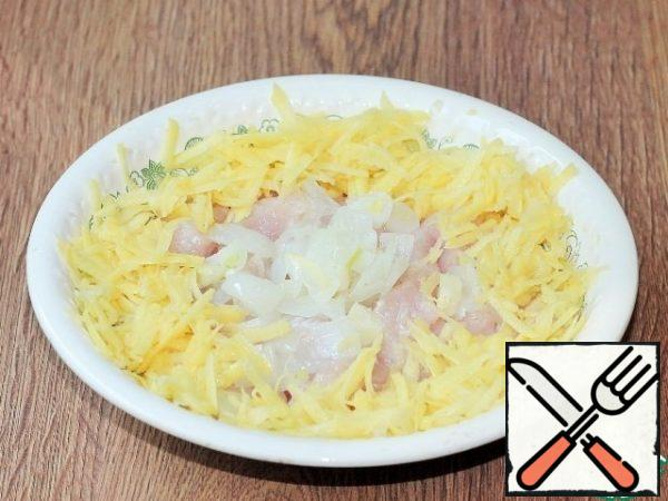 Peel a small potato tuber and grate it on a coarse grater. Mix the meat mixture with the potatoes and grind in the bowl of a blender until smooth.