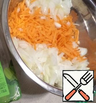 Finely chop the onion and chop the carrots. In a saucepan, put the prepared, cut Turkey meat, cook with oil and a small amount of water (100 ml) for 20 minutes under the lid, if necessary, adding water and stirring occasionally. Add the onion, carrot, salt and pepper and cook for another 10 minutes.