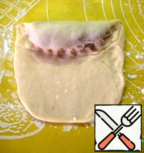Wrap the edge with the filling and fix the junction of the dough.