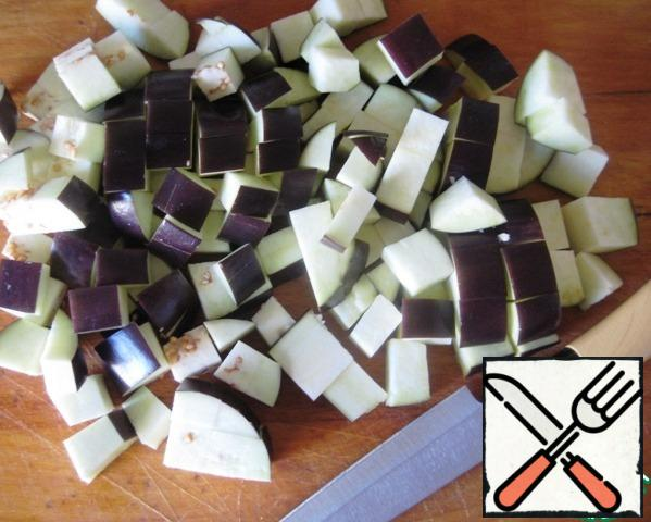 Cut the eggplant into cubes, soak in salted water for 30 minutes, then drain the water, rinse and let the excess liquid drain.