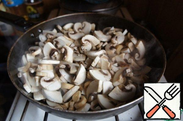 Cut the mushrooms into slices and fry in oil until the liquid evaporates. Season with salt and pepper.