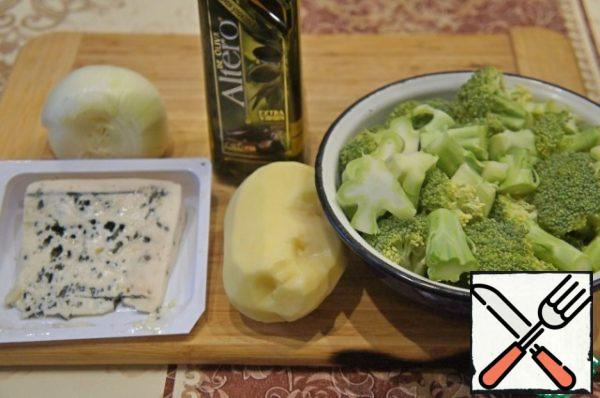 Prepare the vegetables. Wash them and clean them. Separate the broccoli into small florets.