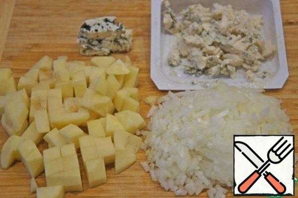 Cut the potatoes into cubes and chop the onion. Crumble the cheese or mash it with a fork.