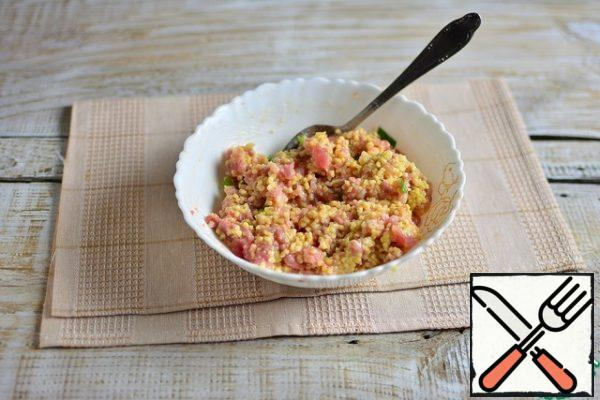 In the minced meat, add 3-4 tablespoons of undercooked millet (to taste as you like), stir.