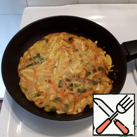 When the bottom of the tortilla is well browned, turn and fry the other side, add another 1 tbsp of vegetable oil. The pancake should be well fried.