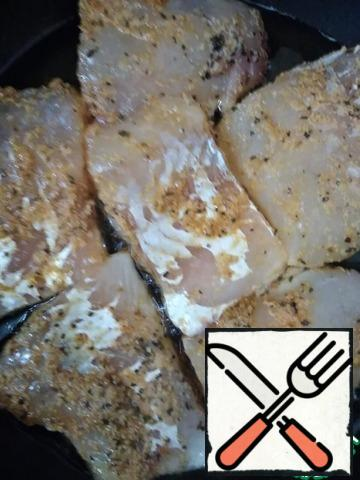 Heat the refined sunflower oil in a frying pan and put the fish fillet in the pan after 30 minutes.
