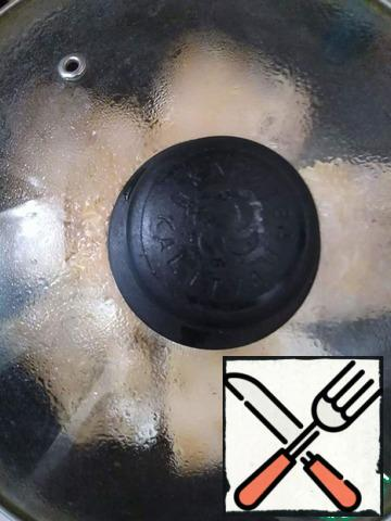 Cover the pan with a lid and fry for 6 minutes (fillet thickness - 0.5 cm) on one side over medium heat.