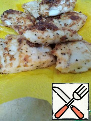 Place the fried fish fillet on a paper napkin to absorb excess fat.