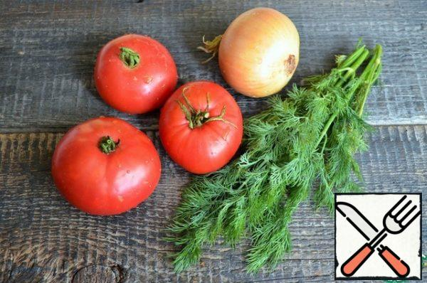 Wash the vegetables and herbs. Cut the onion into half rings. Peel the tomatoes and cut them into thin rings.