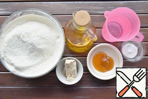 While the Turkey is being baked, you can prepare the dough for steamed buns. Stir honey and yeast in warm water. Wait for the appearance of the foam cap and increase the mass in volume. Pour the sourdough into a bowl with sifted flour mixed with salt. Pour in the vegetable oil.