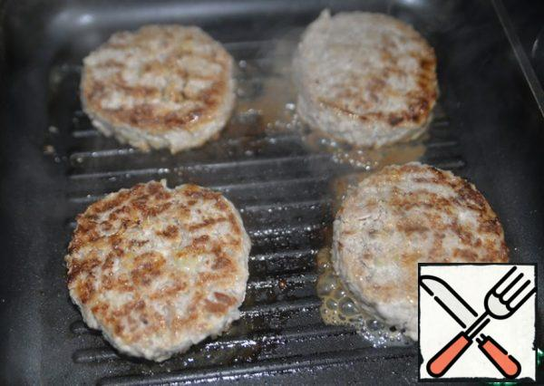 Fry the cutlets on a dry hot grill pan or grill grate. The coals must be burnt out. And if on the stove, then on medium heat.