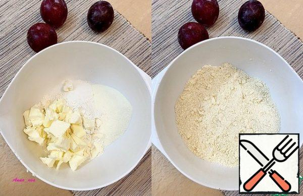 In a bowl, combine the cold butter cut into pieces, pudding, sugar and flour. RUB everything with your hands into a crumb.