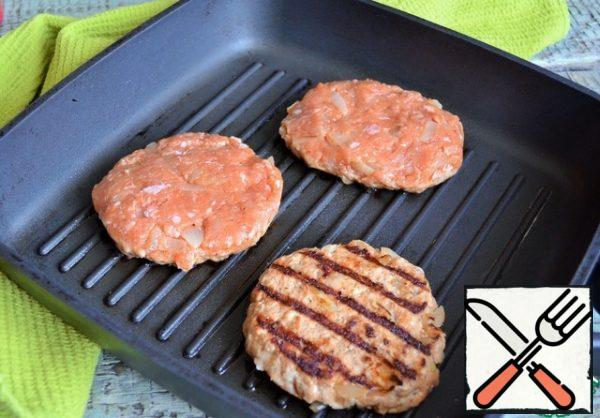 On a dry grill pan, cook the cutlets, 2-3 minutes on each side.