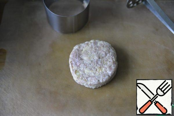 And then again we put a little minced meat, crush it with a pusher, remove the ring. From this amount, 6 cutlets are obtained.