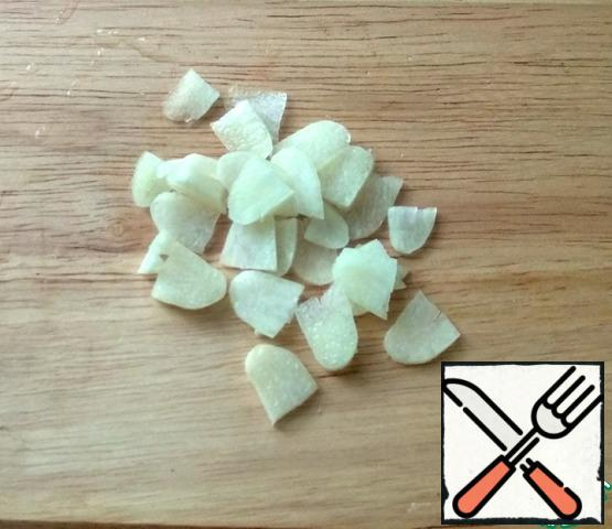 For the sauce, peel the garlic, wash it, and cut it into thin slices. Fry in olive oil for 1 min.