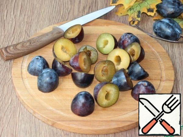 Cut each plum (9 pieces) in half and remove the seeds.