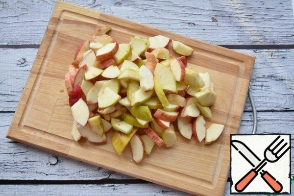 Cut the apples into random pieces, after freeing them from the core with seeds. you don't have to remove the peel from the apples.