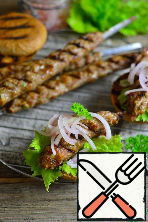 Put lettuce leaves on a crispy bun, then half a kebab (if you take baguettes of suitable length, you can put a whole kebab), then pickled onions. Serve with or without sauce, at your discretion. And so and so delicious!