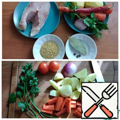 Preparing food for soup. From the fish, I'll take a carp steak and cut it into 2 parts. Vegetables do not need to be cut finely, we cut as in nature, when we cook fish soup in a pot over a fire. Leave the onion intact. Tie the parsley in a bundle with a thread. Better take the parsley root, I didn't have it. Carrots and potatoes are cut arbitrarily large. I'll leave the tomatoes intact.