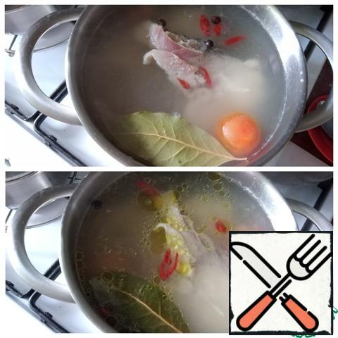 Cook until the fish is ready. It's fast. I like to pour a spoonful of sunflower oil into this soup at the very end of cooking, which I did.