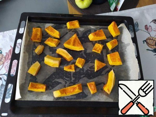 Prepare the pumpkin in advance: peel, cut into pieces, and bake on parchment on a pre-greased baking sheet at t 180 C for 40 minutes.