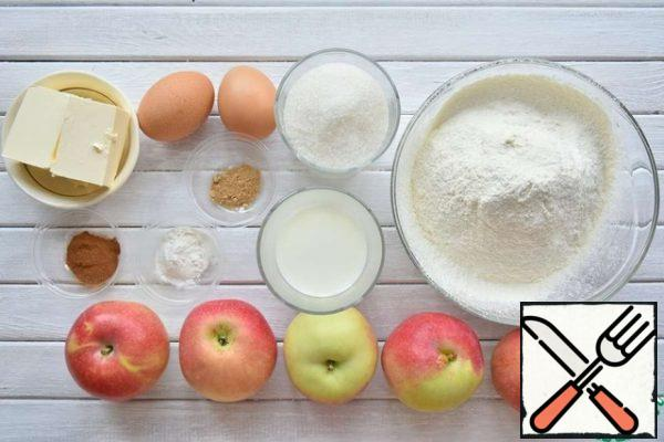 Prepare the ingredients for making a pie. Combine flour with baking powder, cinnamon and ground ginger and sift through a sieve.