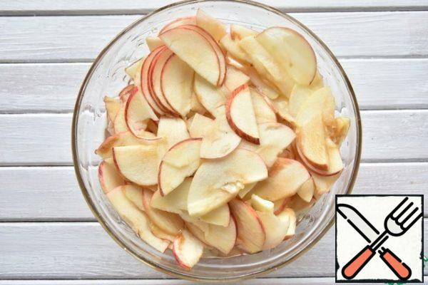 Apples for pie preferably use soft, they are more plastic. Cut the fruit into quarters, remove the core with the seeds and cut into thin petals. Pour boiling water over the Apple slices for 1-2 minutes. Drain the water and let the apples dry.