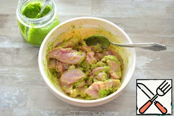 Cut the thigh fillet into small pieces and marinate in the pesto sauce. Add a little salt if desired.