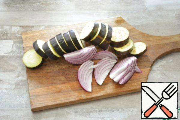 Cut the eggplant into small circles and the onion into segments.
