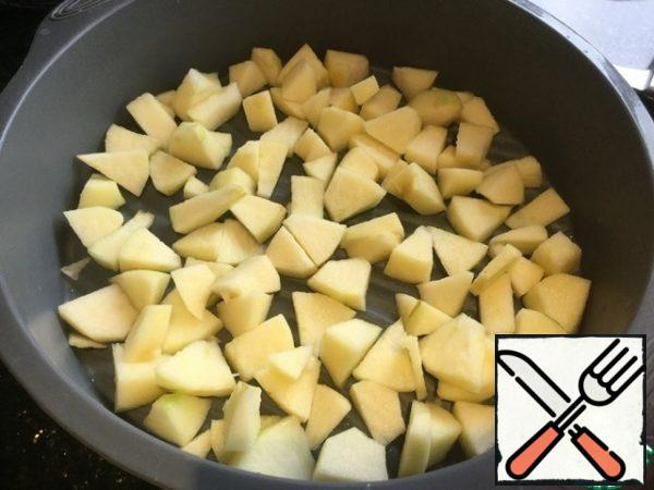 Peel the apples, remove the core and cut into small pieces. Place the apples on the bottom of the silicone mold.
