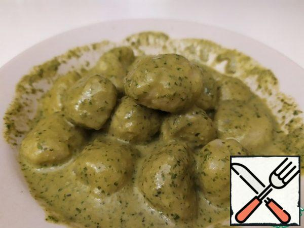 Put the gnocchi on a plate and pour over the pesto.