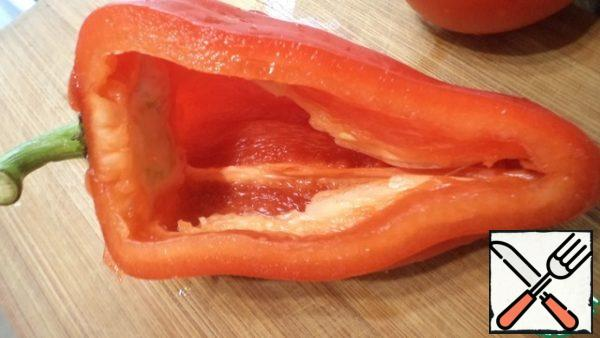 Cut off the side of the bell pepper and remove the seed box, to do this, make an incision inside the pepper.