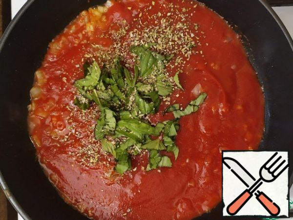 Pour tomato sauce, add Basil, oregano. Cook for about 10 minutes, until the sauce thickens.This is just enough time for us to boil water and boil gnocchi.