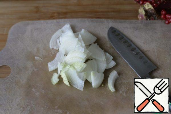 Onions are cleaned, cut also depending on the size, in thin half-rings or segments.