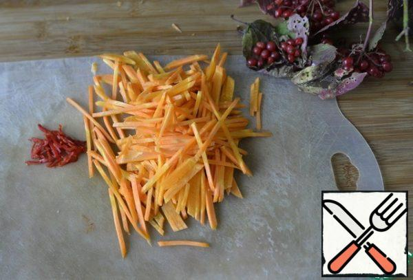 Red hot pepper, clean from seeds, cut into thin strips. Peel the carrots and grate them for Korean carrots.