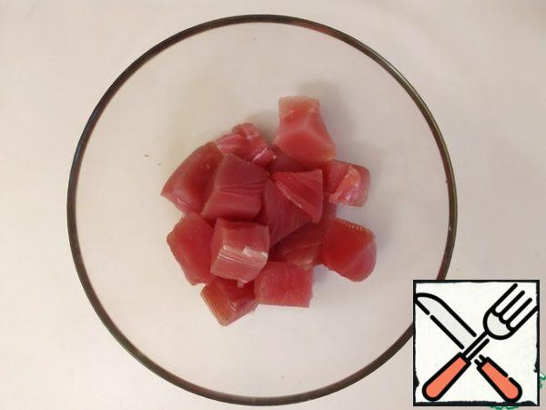 Dry the tuna. Cut into 2.5 cm squares. Put in a bowl, add salt and mix.