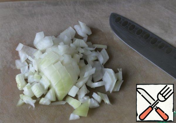Peel the onion and cut it into cubes.