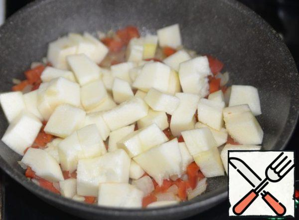 Zucchini clean, cut into large cubes, put the vegetables in the pan.