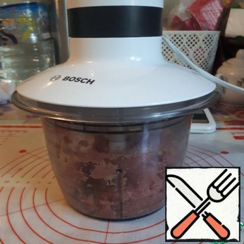 Grind the Turkey meat into minced meat in a shredder.