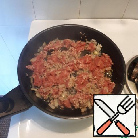 Fry the minced meat with onions in a pan until tender, periodically stirring it with a spatula.