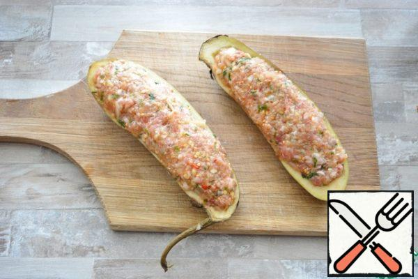 Fill the eggplant boats with this minced meat, brush them with vegetable oil on all sides.