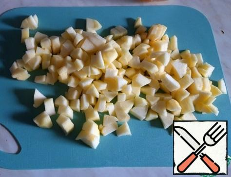 Prepare the necessary products, wash the apples. Wash the apples, peel and core them, and cut them into medium cubes.