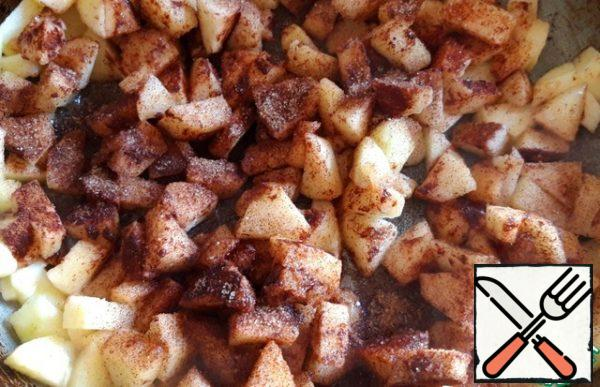 In a frying pan, melt about 40 grams of butter, put the sliced apples, add ground Cinnamon, seasoning for tea and coffee and sugar. Stir and simmer the apples for about 5-7 minutes.