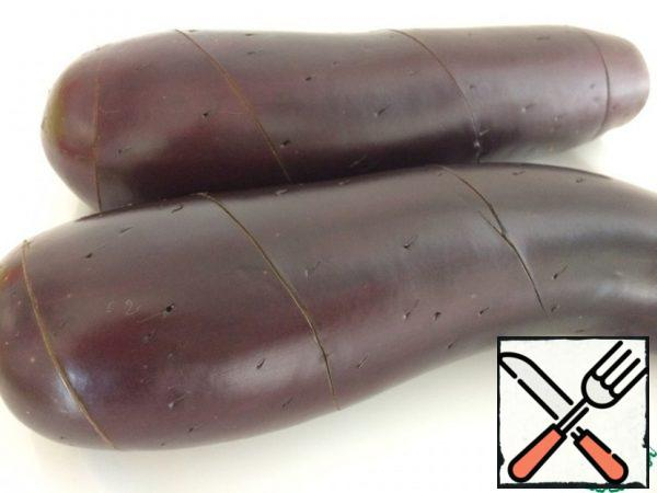 We cut off the tail of eggplants, wash them and make an incision in a spiral: from the place where the tail was, down. Not deep, cut only the skin. Then we make random punctures all over the eggplant.