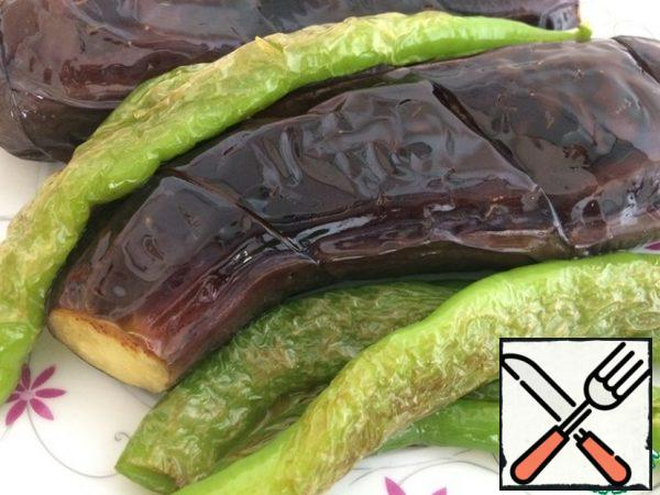 Fry the eggplant and pepper in oil over high heat until they are browned.
