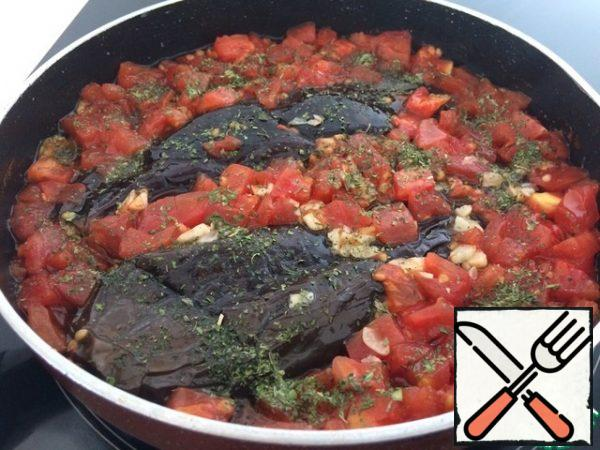 Remove the load, sprinkle with dried mint, reduce the heat to a minimum, cover with a lid and simmer for another 20 minutes.