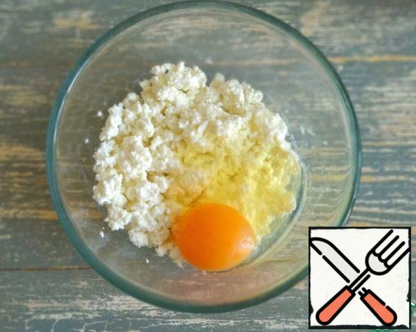 Combine cottage cheese with egg.